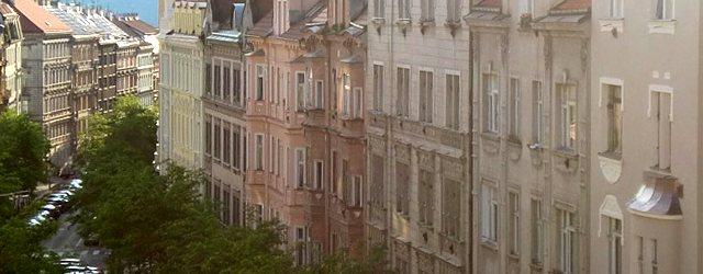 プラハでのアパート探しは賃貸情報サイトを利用するのが効率的。不動産会社提供物件だと手数料として家賃1〜2ヶ月分が必要となるが、物件オーナーが直接募集を出している場合も多く、その際には手数料を請求されないケースが殆どで請求...