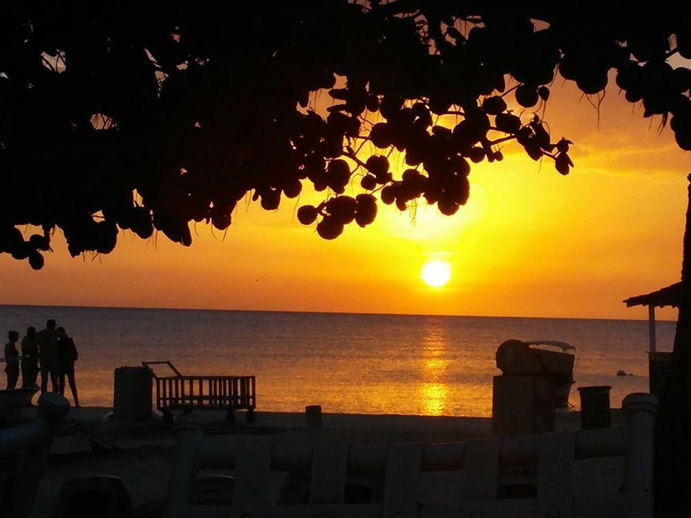 ジャマイカの夕日。たまにはロマンチックなオトナだけの時間を持つことも必要では?