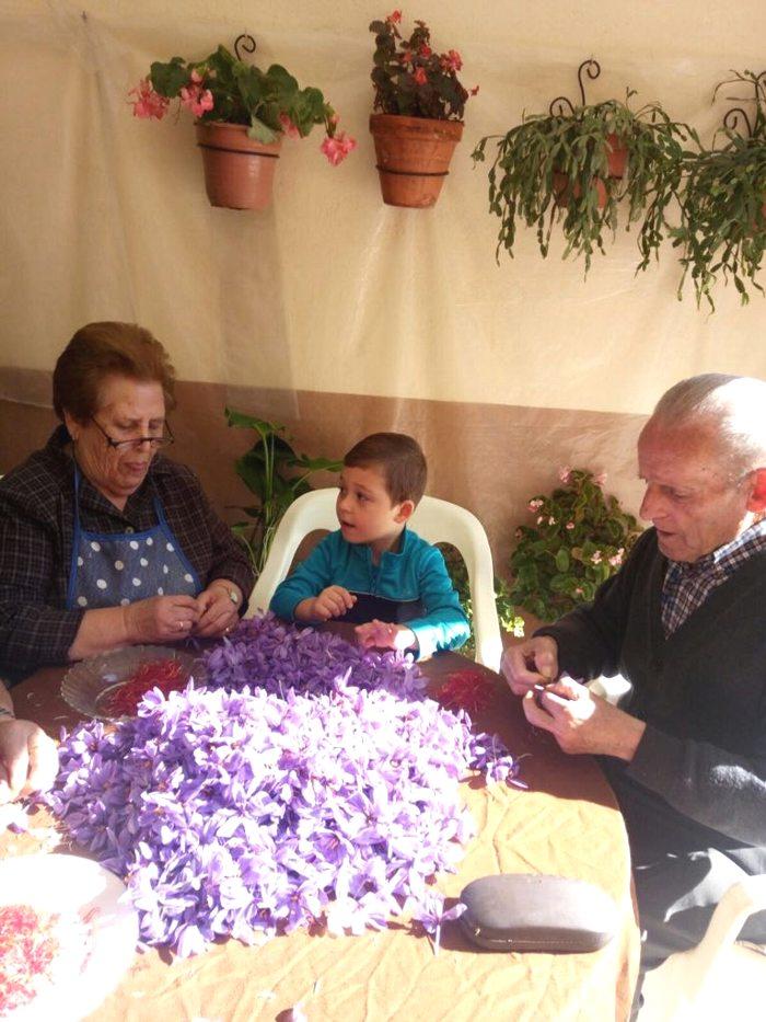 カルメンさんのご両親と甥御さん。昔の作業が想像できる。かつてはこの何倍もの花を扱った。